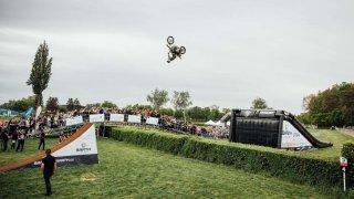 Filip Podmol přeskočil na motorce Taxisův příkop 1