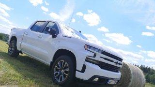 Gigantický americký pick-up Chevrolet Silverado děsí a dojímá majitele i s dieselem pod kapotou