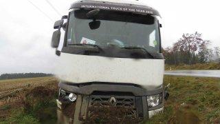 Opilý cizinec v kamionu boural a od nehody ujel. Dočkal se rychlého vyhoštění