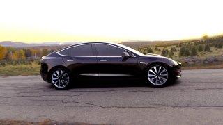 Tesla ukázala první vyrobený Model 3 na videu