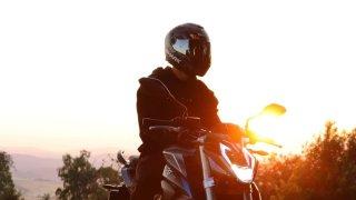 Motorkáři bacha! Za zatmavené plexisklo na přilbě vás může zastavit policie