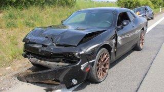 Divoké podjíždění s americkým muscle car vedlo u Vyškova k nehodě. Tři auta jsou na odpis
