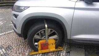 Mladá řidička si nevšimla nasazené botičky. Zničila ji i nárazník své škodovky