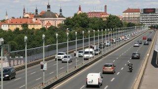 Plošná třicítka v Praze je snem řady aktivistů. Městu by ale přinesla jen absolutní chaos