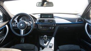 Tradiční interiér BMW 330i 1