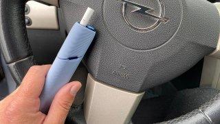 Za kouření a jídlo za volantem může přijít trest. Zákon je ale plošně nezakazuje