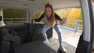 Když se u nového VW Caddy perete s tím nejdůležitějším. Malá holka nakonec vytvořila velký prostor
