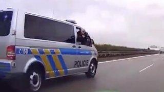 Policista v doprovodném autě mířil na řidiče střelnou zbraní. Nechtěl se nechat podjet