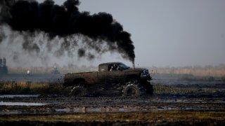 Naftová auta bez filtrů zamořují vzduch. A policie nekoná
