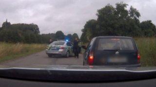 Zfetovaný muž bez řidičáku ujížděl policii. Jeho spolujezdec ho u toho natáčel