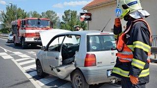Nehoda sanitky a osobního vozu
