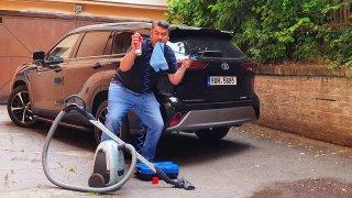 Štětec, káva nebo lepicí páska. S očistou interiéru auta pomohou věci, které má každý doma