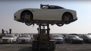 Ferrari za polovinu, bentley za třetinu. Zabavené a nabourané supersporty čekají na nové majitele