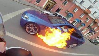 Hořící auto zkusil uhasit rychlou jízdou. Nebyl to dobrý nápad