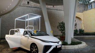 Tak to má být! Káže vodu a jezdí na vodík - papež František má nový papamobil