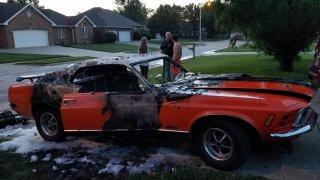 Někdo pro zábavu zapálil Mustang postiženého chlap