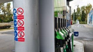 Řidičské mýty: Mobil vyhodí čerpací stanici do povětří! Ne, důvod zákazu telefonování je přízemnější