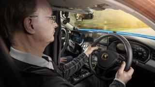Jak se testuje jízda bez řidiče. V autě se dvěma volanty