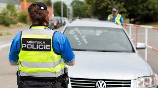 Městská policie má omezené pravomoci. Měřit rychlost a udělovat pokuty ale může