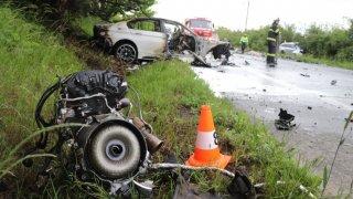 Tři lidé zemřeli po srážce dvou aut. Zavinil ji nebezpečně předjíždějící řidič v BMW