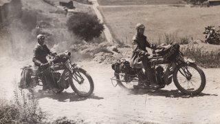 Sestry jako první přejely Ameriku na motorce. Několikrát skončily ve vězení, protože měly kalhoty