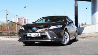 Projeli jsme Prahu v luxusním hybridním sedanu Toyota Camry se spotřebou 4,4 l benzinu na 100 km
