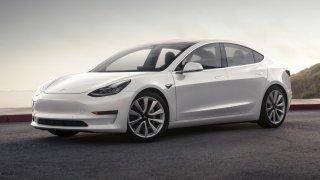 Tesla Model 3 se oficiálně představila. Láká nízkou cenou