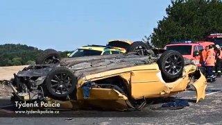 Drsná nehoda u Kladna. Řidič s mazdou vyletěl do vzduchu a po saltu přistál střechou na střeše fabie