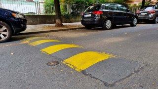 Draze vykoupená bezpečnost: Retardéry sice zpomalí auta, ale mají tvrdý dopad na své okolí