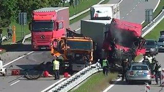 Kamion na dálnici D2 u Lanžhotu tragicky zdemoloval auto silničářů. Vše natočila bezpečnostní kamera