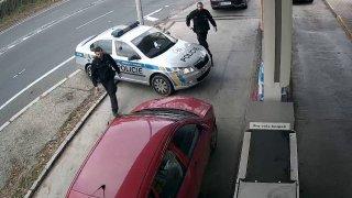 Zfetovaný stopař ukradl auto. Pak se bál policistů a nechtěl vystoupit