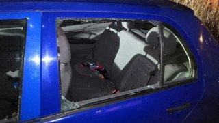 Zloději nevědomky vykrádali soukromá auta policistů. Karma je dostihla okamžitě