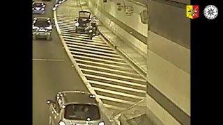 Policista zachránil v pražském tunelu vozíčkáře, který měl defekt pneumatiky na svém autě