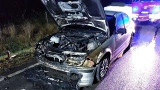 Řidiči BMW začalo auto za jízdy hořet. Před požárem utekl na poslední chvíli