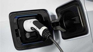 Komentář: Nenávist vůči elektromobilitě je pochopitelná, ale neproduktivní. Může vést jen k izolaci