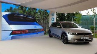 Nový Hyundai Ioniq 5 vypadá zvenčí malý jako Golf. Uvnitř ale nabízí prostor a luxus vily Tugendhat
