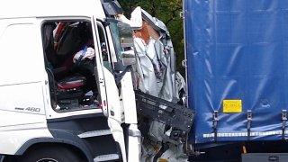 Kamiony při nehodě slisovaly dodávku na placku šrotu. Nikdo nechápe, jak to řidič přežil