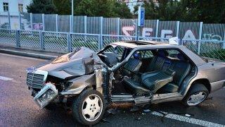 Řidič zdemoloval svůj klasický mercedes. Hasiči ho ven kvůli vysoké kvalitě auta dostávali hodinu