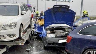 Kdy volat k nehodě policii, kdy záchranku, kdy hasiče, a kdy nikoho? Tady jsou pravidla