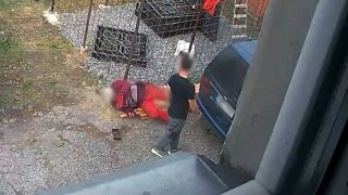 Auto jako zbraň: Banální hádka sousedů skončila tím, že jeden na druhého nacouval