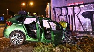 Mladý řidič čelně naboural do zdi. Záchranáře zavolalo auto a zřejmě mu zachránilo život
