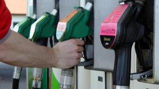 Ceny paliv letí vzhůru, ušetřit lze chytrou jízdou. Spousta řidičů však dělá zbytečné chyby