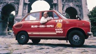 Suzuki letos slaví 100 let. Za jeho volantem se v roce 1968 řítil napříč Itálií i Sir Stirling Moss
