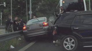 Policejní honička za feťákem v kradeném autě skončila v Praze hromadnou nehodou