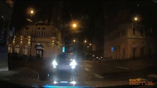 Video: Opilec vjel v Praze na magistrále do protisměru, pak před policisty couval přes červenou