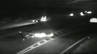 Policejní auto odklánějící dopravu z dálnice sestřelil v plné rychlosti řidič mercedesu