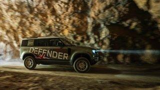 Nový Land Rover Defender není jen další leštěnka pro rozmazlené manželky, ale tvrdý teréňák