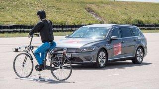 Auta bez řidiče budou rasistická. Hůř poznají černocha za tmy, varuje britský úřad