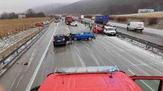 D1 uzavřela hromadná nehoda mnoha aut. Příčina byla stejná jako při největší bouračce v historii