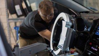 Odolnost a bezpečnost nových modelů vozů Toyota testuje robot